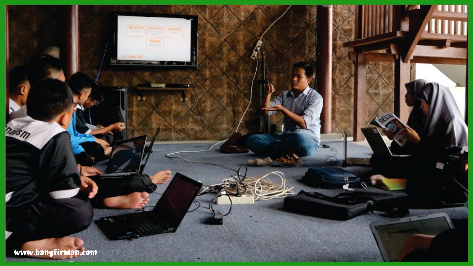 - ASUS Layout Jurnalistik - Tantangan Melangitkan Literasi di Kalangan Santri